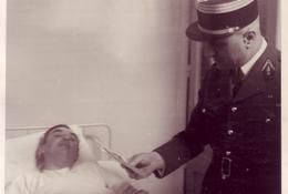 Visite des blessés du bombardement par un responsable de la Maison du Maréchal Pétain (Fonds doc. Alain Jacques)